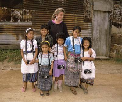 La fotógrafa estadounidense Nancy McGirr rodeada de un grupo de niños guatemaltecos del proyecto Fotokids.