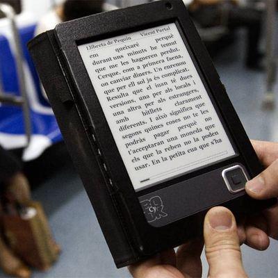 Un libro electrónico en el metro de Barcelona.