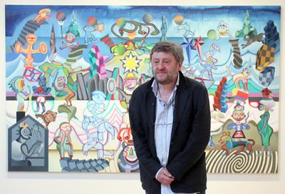 Daniel Tamayo en el Museo de Bellas Artes ante una de las obras de su Fabulario.