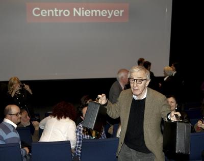 Woody Allen bromea con la prensa antes del concierto con su grupo New Orleans Jazz Band en la inauguración del Centro Cultural Internacional Oscar Niemeyer de Avilés.