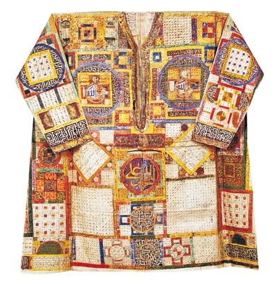 Una de las camisas de los sultanes que se muestra en el libro 'Las camisas mágicas del palacio de Topkapi'.