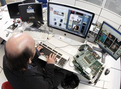 Un internauta navega por páginas de enlaces que facilitan el acceso a las descargas.