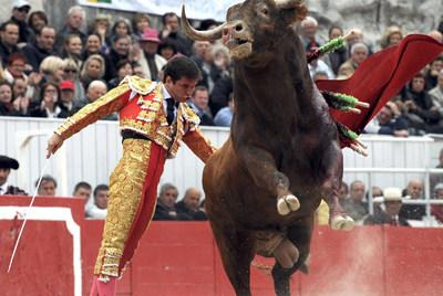 El Juli, durante su faena de este viernes en la primera corrida de la feria de la ciudad francesa de Arlés.