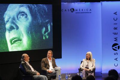 La viuda de Jorge Luis Borges, María Kodama, junto al escritor argentino Marcos Ricardo Barnatán, a la izquierda, y al crítico literario Ignacio Echevarría, en la Casa de América de Madrid.