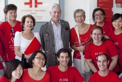 El nobel de literatura peruano Mario Vargas Llosa y su esposa posan con personal del Instituto Cervantes durante la celebración del 'Día E' en Pekín, China.