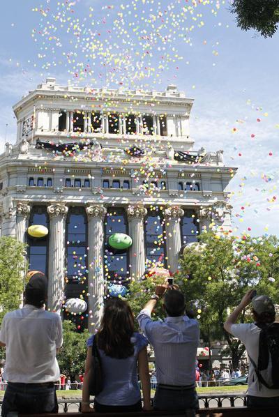 Imagen de la lluvia de palabras lanzadas en globo desde la sede central del Instituto Cervantes en Madrid.