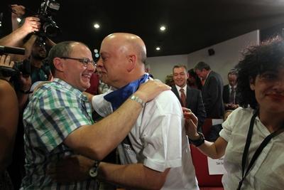 El alcalde de Donostia-San Sebastián, Juan Karlos Izagirre, y su antecesor en el cargo, Ordón Elorza, se abrazan después de que la ciudad había sido declarada capital cultural europea para 2016.