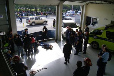 Fotografía cedida por los Bomberos Municipales de Guatemala de Agentes del Ministerio Público que rodean el cuerpo del cantautor argentino Facundo Cabral.