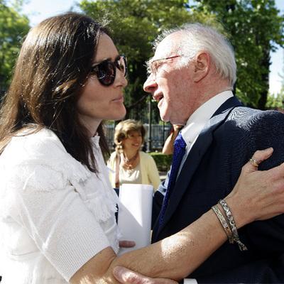 La ministra de Cultura, Ángeles González-Sinde, saluda a Teddy Bautista el pasado 3 de mayo en un acto celebrado en Madrid.