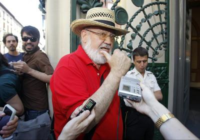 El cineasta José Luis Cuerda entra en la sede madrileña de la SGAE