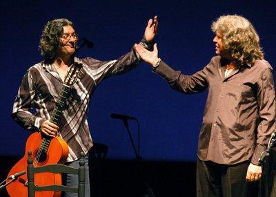 Imagen de archivo datada en 2006 del guitarrista jerezano fallecido hoy (en la izquierda de la imagen) y el cantaor al que solía acompañar.