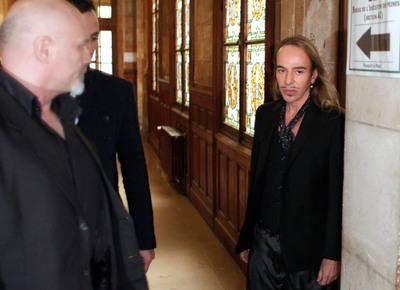 El modista Galliano, a su llegada al Tribunal Correccional de París.