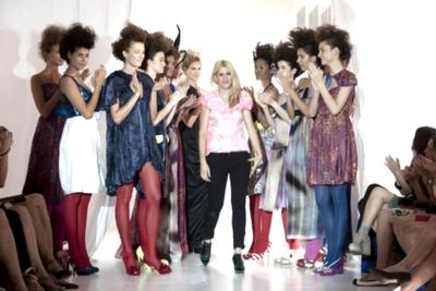 Ana García, directora creativa de la firma Josep Font, saluda al final del desfile de la colección primavera-verano 2012.