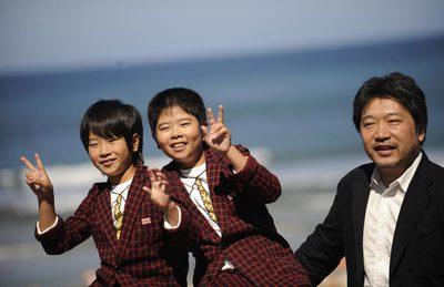 Los niños actores Oshiro Maeda (centro) y su hermano Koki, con el director de  Milagro , Hirokazu Kore-eda, hoy en San Sebastián.