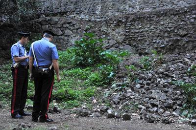 Dos agentes supervisan la zona del muro derrumbado en el enclave arqueológico de Pompeya, en italia.