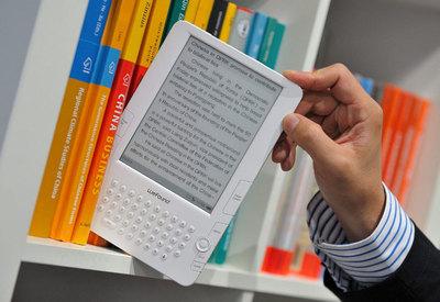 Vista de un libro electrónico en una estantería antes de la inauguración de la Feria del Libro de Fráncfort (Alemania), en 2009.