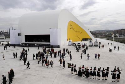 Algunos de los asistentes a la inauguración del Centro Niemeyer, en Avilés (Asturias).