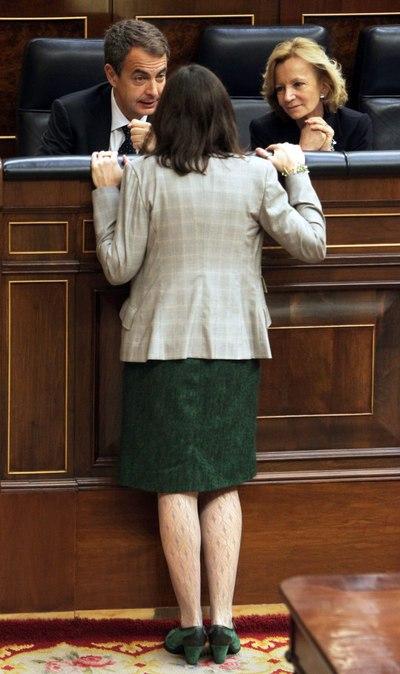 La ministra de Cultura, Ángeles Gónzalez- Sinde, charla con el presidente del Gobierno, José Luis Rodríguez Zapatero y la ministra de Economía, Elena Salgado, en el Congreso de los Diputados.