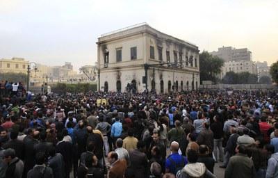 Cientos de manifestantes protestan frente al Instituto Egipcio, asaltado e incendiado durante los disturbios.