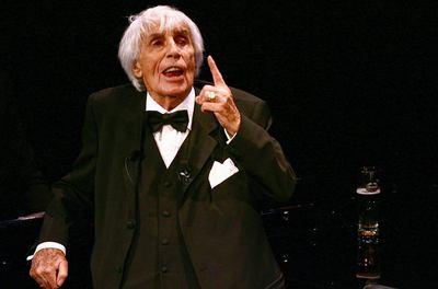 Fotografía de archivo realizada el 16 de febrero de 2008 que muestra al cantante, actor y figura emblemática de la opereta alemana Johannes Heesters, en Amersfoort, Holanda.