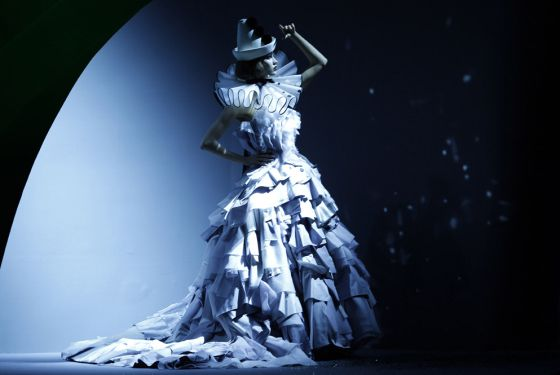 Traje con el que se cerró el primer desfile de alta costura de Dior sin John Galliano desde 1997. La colección fue obra del estudio, y se presentó en París el 4 de julio.