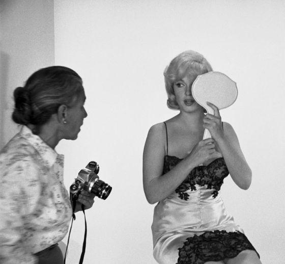 Eve Arnold habla con Marilyn Monroe, a quien fotografió durante el rodaje de Vidas Rebeldes.