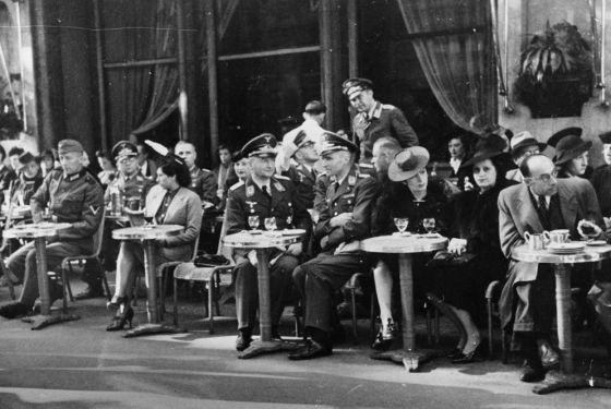 Oficiales y soldados nazis en la terraza del Café de la Paix, en la plaza de la Ópera de París, a finales de 1940, durante la ocupación alemana.