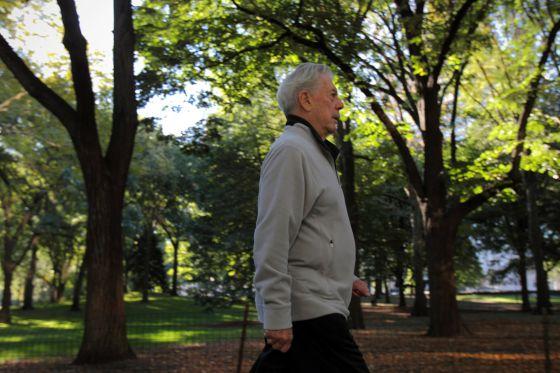 El escritor Mario Vargas Llosa en Nueva York (EE.UU), unos días después de conocerse que había recibido el Premio Nobel de Literatura.