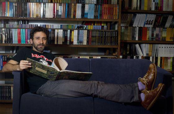 El dibujante Miguel Brieva, autor de 'Memorias de la Tierra'