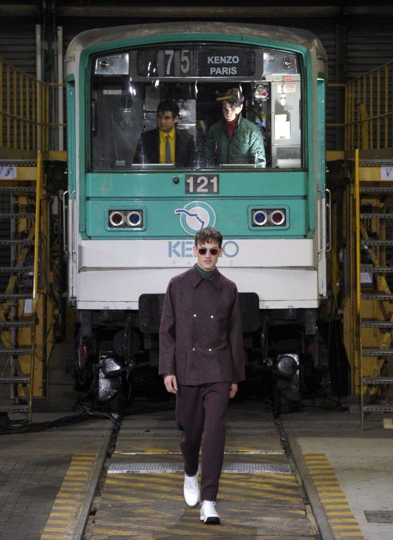 Un modelo desfila con una propuesta de Kenzo para la temporada otoñoinvierno 2012-2013.