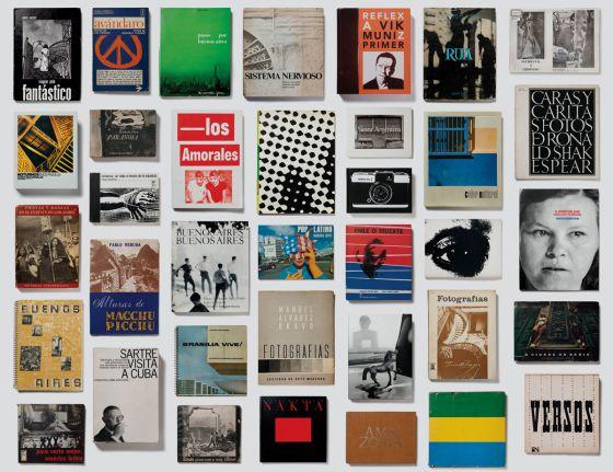 Mosaico de las libros que componen la exposición ' FotoGráfica'.