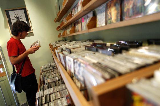 Discos en la tienda Radio City, de Jesús Álvarez, en la plaza Guardias de Corps, de Madrid.