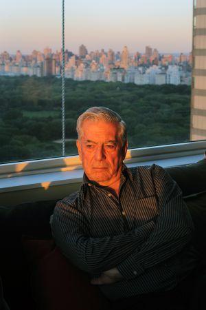 El escritor hispanoperuano Mario Vargas Llosa entrevistado en su apartamento de Nueva York ( EE UU), unos días después de conocerse que le ha sido concedido el Premio Nobel de Literatura.