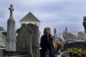 La escritora francesa de novela negra Fred Vargas, fotografiada entre las tumbas del cementerio de Montparnasse de París.