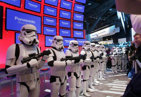 Soldados imperiales de la Guerra de las Galaxias toman posiciones en el stand de Panasonic en la presentación de la saga completa de George Lucas en Blu- ray en la Feria Internacional del Consumidor Electrónco en Las Vegas