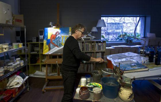 El pintor y diseñador Javier Mariscal en su estudio del Poble Nou en Barcelona.