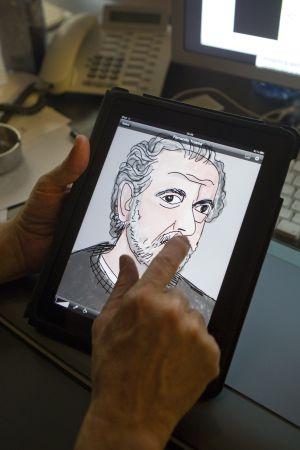Mariscal dibuja un retrato del director de cine Fernando Trueba con un Ipad
