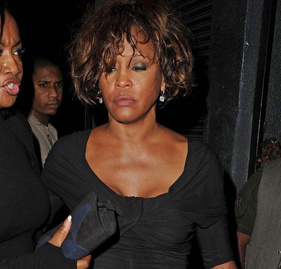 Whitney Houston saliendo de un local nocturno el pasado jueves en Los Ángeles.