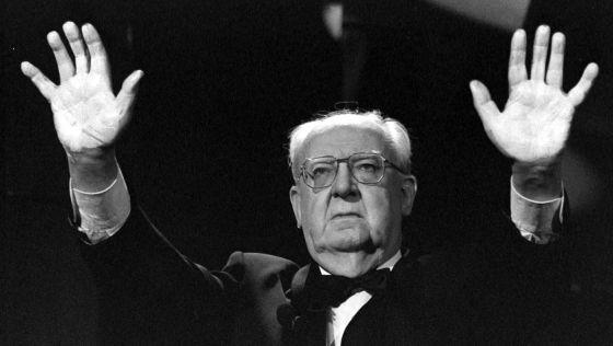 El presidente de la Academia de las Artes, José Luis Borau, muestra sus manos blancas en protesta por el asesinato del matrimonio Jiménez Becerril en 1998.