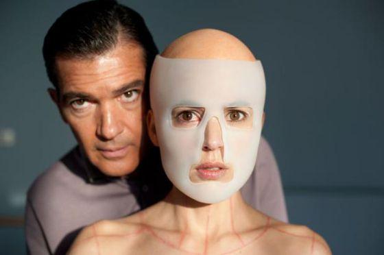 Los actores Antonio Banderas y Elena Anaya en la película 'La piel que habito' de Pedro Almodóvar.