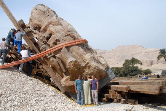 Trabajos de levantamiento del tercer coloso en el recinto del templo funerario de Amenofis III en Luxor.