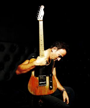 Bruce Springsteen con su característica guitarra Fender Telecaster.