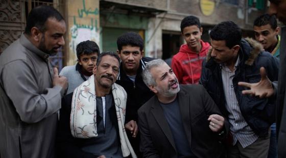 Anthony Shadid (en el centro) entrevista a un grupo de egipcios en El Cairo.