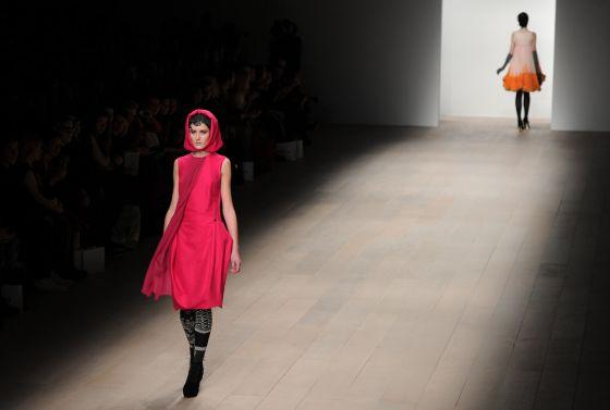 Una imagen del desfile de la colección otoñoinvierno 2012 de Bora Aksu 2012 en la semana de la moda de Londres.