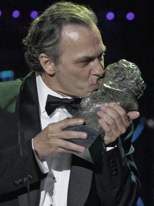 El actor José Coronado tras recibir el Goya a la mejor interpretación masculina protagonista, por su papel en 'No habrá paz para los malvados'.