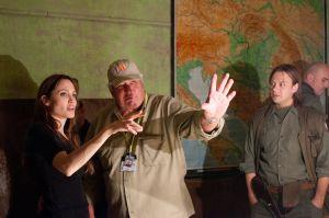 La actriz y cineasta Angelina Jolie habla con el director de fotografía, Dean Semier durante el rodaje de la película 'En tierra de sangre y miel'