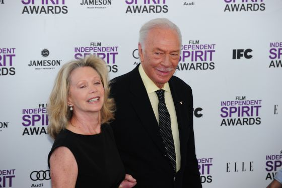 El actor Christopher Plummer, galardonado con el premio al mejor actor de reparto por su interpretación de un padre homosexual en 'Beginners', acompañado por la actriz Elaine Taylor.