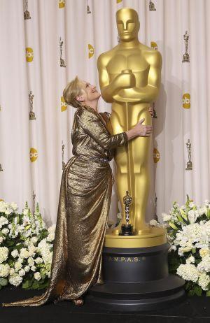Meryl Streep posa con su Oscar por 'La mujer de hierro'.
