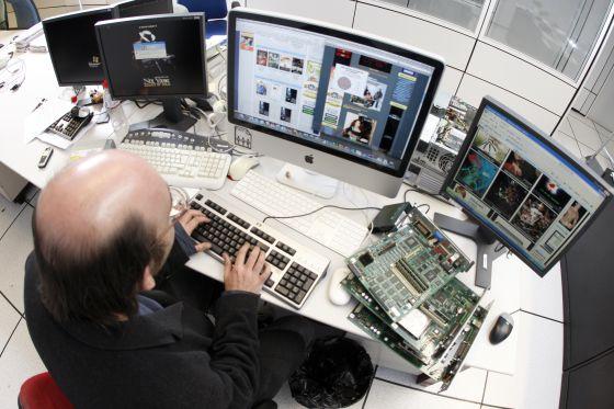 Un internauta descarga contenidos de Internet