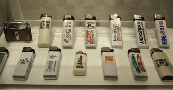 Merchandising electoral en la exposición.
